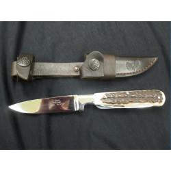 Pevný lovecký nůž s párákem a pilkou v rukojeti